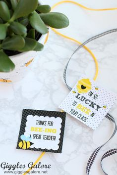Celebrate the special teachers in your life with an adorable DIY Bee Fingerprint Teacher Appreciation Gift with free printable tags. Painted Flower Pots, Painted Pots, Yellow Crafts, Bee Flower, Preschool Teacher Gifts, Old Teacher, Teacher Appreciation Week, Teacher Favorite Things, Craft Ideas