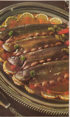 food Theyre looking at me. The jellied fish eyes and high gloss finish make this special indeed. Scary Food, Gross Food, Weird Food, Retro Recipes, Vintage Recipes, Vintage Food, 70s Food, Food Humor, Cute Food