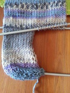 Strikk til flappen er 5 cm høy (str eller 6 cm høy (str Knitting Patterns Free, Free Knitting, Free Crochet, Crochet Patterns, Crochet Hats, Graphic Patterns, Print Patterns, Crochet Hat Tutorial, Norwegian Knitting