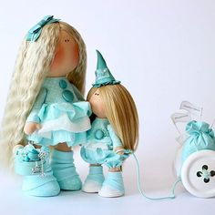 А эти две красотки сделаны для меня мастером @milahandycrafts Какое же это счастье заказать куколок и смаковать в ожидании итога... Эти бирюзовые красотки - рукодельница, которая шьёт кукол и её Муза с тележкой полной ,,хомячьих запасов, вдохновения, изюминок,, - все, что нужно для рукодельницы. Пополняется моя коллекция бирюзовых куколок....вот такое у меня теперь увлечение#черпанувдохновения#куклыручнойработы#моялюбовь#handmade#fabricdoll#кукланазаказ#декордома#декор#д...