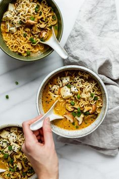 This spicy Thai vegan ramen is packed with Thai flavours and ramen noodles for a healthy and simple vegan soup recipe that is a crowd pleaser! Ramen Vegan, Thai Vegan, Vegan Vegetarian, Vegetarian Recipes, Tofu Ramen, Ramen Noodles, Ramen Soup, Vegan Food, Ramen Dishes