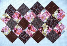 This patchwork bag is made using charm squares and has a great shape due to the way that fabric squares are sewn together. Bargello Quilt Patterns, Bargello Quilts, Beginner Quilt Patterns, Quilt Block Patterns, Quilted Tote Bags, Patchwork Bags, Quilting Projects, Sewing Projects, Hobo Bag Patterns