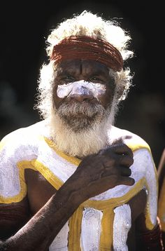 Depuis fin mai 2011, la propriété des territoires de l'Ayers Rock sont enfin rendue aux peuples aborigènes pour la somme de 300 millions de dollars australiens (90 millions d'euros). Ainsi, les Aborigènes redeviennent les maîtres du site d'Uluru, sacré pour ce peuple, mais aussi des infrastructures environnantes (aéroport, hôtel...). 200 nouvelles créations d'emplois sont prévues pour atteindre 60% de travailleurs d'origine aborigène sur le site d'ici 2013.