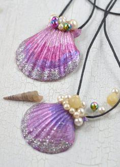 Mermaid necklace - little. Summer handicrafts with children: girls in particular will love these mermaid necklaces. Summer Crafts For Kids, Diy Crafts For Kids, Diy Jewelry Necklace, Diy Gifts, Handmade Gifts, Mermaid Necklace, Upcycled Crafts, Handicraft, Blog