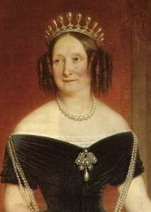 Queen Anna in the original Antique Pearl Tiara. This tiara's story starts with a different diadem entirely: a pearl and diamond headpiece made for Queen Anna of the Netherlands. It's not known exactly what became of this initial tiara Royal Crown Jewels, Royal Crowns, Royal Tiaras, Royal Jewelry, Tiaras And Crowns, Royal Monarchy, Wedding Dressses, Royal Brides, Victorian Jewelry
