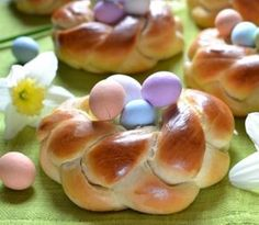Soft Easter nests, soft and tasty Easter cakes - Ricette Pasquali - Doughnut Recipes Greek Recipes, Italian Recipes, No Bake Desserts, Dessert Recipes, Italian Easter Bread, Yummy Food, Tasty, Easter Recipes, Easter Desserts
