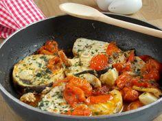 Pesce spada con pomodorini e capperi Antipasto, Paella, Quiche, Food And Drink, Fish, Breakfast, Ethnic Recipes, Carne, Tagliatelle
