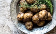 Kielen vievä herkku viimeisistä vanhoista perunoista Sprouts, Vegetables, Food, Meal, Essen, Vegetable Recipes, Hoods, Brussels Sprouts, Meals