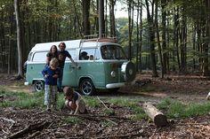 Ob die Idee in einem Coffee-Shop entstand, ist nicht bekannt, doch ein holländischer VW-Händler bietet neue VW T2-Busse an. Zum Preis eines gepflegten Originals gibt es bei ihm einen neuen Camper.