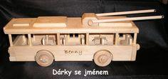Dřevěný trolejbus se jménem k narozeninám