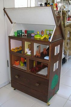doll house created from chest of drawers, crafts, repurposing upcycling, Dollhouse showing drawer and roof elevated. Hamster house too. Barbie Furniture, Old Furniture, Repurposed Furniture, Dresser Repurposed, Furniture Dolly, Furniture Stores, Furniture Refinishing, Refurbished Furniture, Dollhouse Furniture