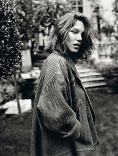 Léa Seydoux with a wavy bob & oversized jacket