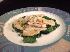La sogliola è uno dei pesci più semplici da sfilettare a crudo ed a fine cottura. È il primo pesce che mangiano volentieri i bambini ed è apprezzato da tutti per le sue carni magre e dal sapore delicato. Le sogliole al limone sono uno dei modi più semplici per preparare questo pesce. Ingredienti: 500 gr di filetti di sogliola 1/2 bicchiere di vino bianco secco 1 limone 3 cucchiai di farina 2 cucchiaini di prezzemolo tritato 50 gr di burro sale, pepe bianco 150 gr di spi...