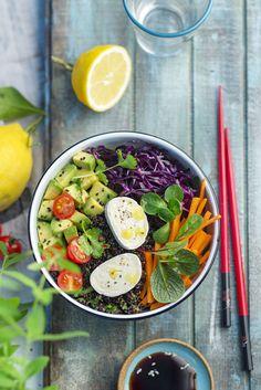 La bowl food c'est La tendance actuelle. On entend partout parler de Buddha bowl, de Smoothie bowl, de Breakfast bowl ou encore de Poke bowl. L'avantage de la bowl food, c'est que chacun compose son bol complet avec des légumes, de la viande ou du poisson et des féculents selon ses envies. C'est sain, équilibré,... Asian Bowls, Granola, Berry, Buddha Bowl, Cobb Salad, Potato Salad, Entrees, Avocado, Smoothie