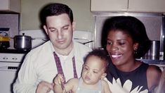 Baby Lenny Kravitz with his parents, Sy Kravitz and Roxie Roker, in 1964. Originalidad 100%