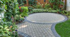 creative use of lime stone edging Paving Stone Patio, Garden Paving, Brick Patios, Paving Stones, Terrace Garden, Stone Patios, Stone Deck, Concrete Garden, Stepping Stones
