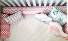 Kit Berço / Mini Cama (8 peças)    Olha que legaaal...  Essa é uma novidade da Stamp Conceito!!  Você pode transformar seu kit berço em kit cama quando seu Bebê crescer! Uma economia e tanto!!!    Contém:  1 Rolo lateral (1,30m)  2 Rolos laterais (0,60m)  1 Rolo peseira (0,40m)  3 almofadas à esc...