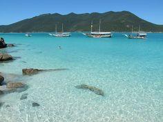 Arraial do Cabo fica a apenas 140 quilômetros da capital e encanta turistas do mundo todo, mantendo um pedaço da Mata Atlântica e águas cristalinas.