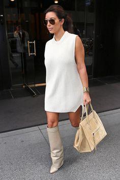 Kim Kardashian lleva little white dress, bolso (modelo Phantom) y gafas, todo de Céline. Y sus inseparables botas de Givenchy.