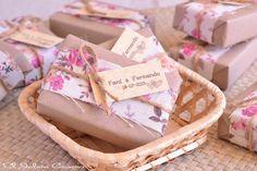 Detalles de boda, jabones hechos a mano. Decorados con papel natural, tela estampada floral, cordón natural y etiqueta personalizada.