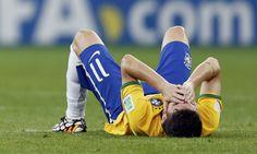 SUFRIMIENTO. Oscar, de la seleccion de Brasil, se lamenta por la derrota por 7-1 sufrida en el estadio Minerao, de Belo Horizonte, frente a Alemania, lo que la deja fuera del Mundial. (Marcos Brindicci / Reuters)