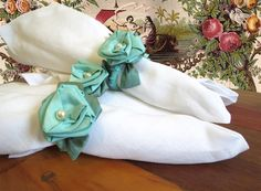 Para decorar a mesa nesta Páscoa. Conjunto com 4 unidades de argolas para guardanapos.  Flor em tafetá de seda pura na cor turquesa e detalhe de pérola.