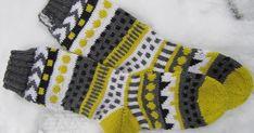 Melkein gramman päälle sain nyt tämän keltaisen langan käytettyä. Toisen sukan kärkeä neuloessani jännitinkin, että miten ihmeessä sa...