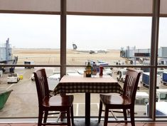 Where to Eat at Chicago O'Hare International Airport (ORD) - Eater Chicago Great American Bagel, Garrett Popcorn Shops, Thai Iced Coffee, Chicago Airport, O'hare International Airport, Airport Food, Pizza Express, Light Snacks