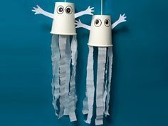 Halloween Gespenster selber basteln – ganz einfach aus weißen Pappbechern, Krep… Make Halloween ghosts yourself – simply from white paper cups, crepe paper (or a. Scariest Halloween Decorations Ever, Theme Halloween, Halloween Crafts For Kids, Halloween Ghosts, Fall Crafts, Halloween Diy, Holiday Crafts, Happy Halloween, Diy And Crafts