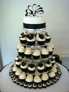 Black and White Wedding cupcake tower Tunstall look at the mini-cupcakes on the bottom! White Wedding Cupcakes, Black And White Cupcakes, Black And White Wedding Theme, Cupcake Tower Wedding, Cupcake Towers, Beautiful Cakes, Amazing Cakes, Bolo Chanel, Wedding Cake Photos