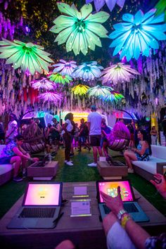 HP enticed festivalgoers to adopt a hands-on exploration of its products, offering them the opportunity to design a Klean Kanteen water bottle and control the digital blooms hanging from the lounge's ceiling through the use of HP products.