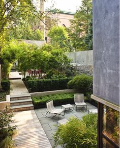 Gradual harmony in patio at Boerum Hill by Foras Studio