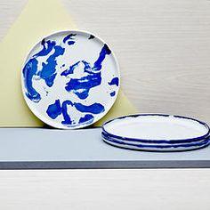 Pratos de porcelana branca com detalhes (Ø2) ou mescladas com porcelana azul (Ø1). Esmaltado por dentro e por fora nas bordas. Fundo externo sem esmalte, textura crua. Seguro para microondas. White porcelain plates with slip details (Ø2) or marbled with blue tinted porcelain (Ø1). Glazed inside and the outside border, raw texture at the exterior bottom. Microwave safe.