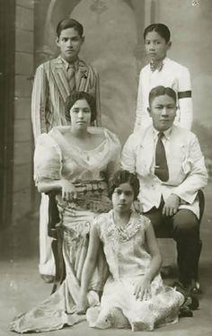 A Filipino Family circa 1930 via The Philippines Miss Philippines, Philippines Culture, Manila Philippines, Baro't Saya, Old Photos, Vintage Photos, Family Portraits, Family Photos, 1930s