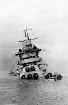 Ship Breaking, Capital Ship, Landing Craft, Abandoned Ships, Military Diorama, Navy Ships, Shipwreck, Submarines, Aircraft Carrier