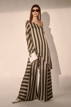 High waisted wide leg pants with contrasting direction stripes. Featuring a zip and button closure.Model is wearing a size small. Chic Outfits, Dress Outfits, Fashion Dresses, Kurti Designs Party Wear, Kurta Designs, Fashion 2020, Look Fashion, Fashion Design, Rajputi Dress