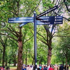 Parques -Londres   . Regent's Park Hyde Park e o Green Park da foto são só 3 dos inúmeros parques da cidade. Para o visitante acho bem difícil visitar todos o ideal é tentar ver algum que esteja no seu caminho de roteiro ou passar o dia em 1 ou 2 deles. Vai do seu perfil de Viajante! Alguns possuem memoriais notórios como o da Ladi Di o Peter Pan e outros.  .  Confira no blog mais dicas de Londres e dos parques{Link na Bio! . #aosviajantes #blogdeviagem #londres #greenpark #hydepark…