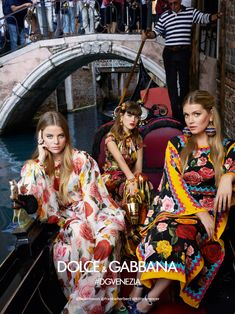 Dolce and Gabbana Glamour - A colorful and fabulous fashion display in Italy by Dolce and Gabbana. Dolce & Gabbana Tours Venice in Spring 2018 Ad Campaign Visit: ArtPassionZsaZsa Look Fashion, High Fashion, Fashion Show, Womens Fashion, Fashion Design, Editorial Shoot, Editorial Fashion, Dolce & Gabbana, Fashion Poses