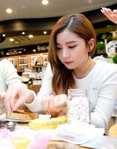 Hello Venus Yooyoung make chocolate for celebrate Valentine's Day