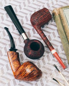 Two straight up classics and a very agile Acorn from Michail Kyriazanos plus fresh pipes from Tom Eltang and Ken Dederichs. http://smokingpip.es/2yk9NH9