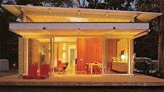 Erguida numa plataforma a 40 cm do chão, esta casa de campo afasta a umidade...