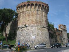 Bastião de São Francisco, na pequena cidade medieval de San Gimignano, na província de Siena, região da Toscana, na Itália. Uma muralha medieval cerca a cidadezinha. O Centro Histórico de San Gimignano é Patrimônio Mundial da Humanidade, segundo a UNESCO. File:A wall tower IMG 4842.JPG