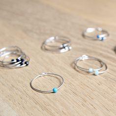 * Bague fine fabriquée à la main* Argent 925 et petites perles* La petite perle coulisse sur le fil, et se positionne où vous le souhaitez dès qu'elle est à votre doigt. * Faciles à porter et à accumuler entre elles ou avec d'autres bagues* Solide malgré sa finesse* Envoyée dans une petite pochette en tissu * A vous de choisir votre coloris : crème, ciel, lagon, bleu jean, métal ou onyx. Et votre taille! (49/50, ou 51/52 ou ... jusqu'à 60) dans le menu déroulant.Conseils d'entretien :Pour…