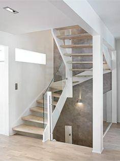 Trapperommet er åpnet helt opp, og gelenderet i tre er erstattet med akrylplater. Veggene er behandlet med murpuss.