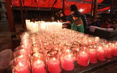 Budistas acendem velas durante as comemorações de réveillon em um templo budista em Seul, na Coreia do Sul.