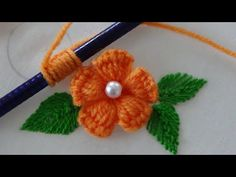 Hand Embroidery: Easy Trick for Making Flowers and Embroidery Embroidery Hoop Crafts, Christmas Embroidery Patterns, Embroidery Hearts, Hand Embroidery Flowers, Embroidery Monogram, Embroidery Fabric, Hand Embroidery Designs, Embroidery Stitches, Embroidery Ideas
