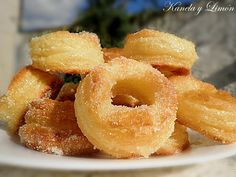 ROSQUILLAS DE HOJALDRE Holiday Desserts, Sweet Desserts, Sweet Recipes, Delicious Desserts, Yummy Food, Spanish Desserts, Spanish Dishes, Philo Pastry, Beignets