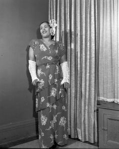 Billie Holiday's all-over printed dress and gorgeous flower hair piece was a soft stylish compliment to her moody tunes. Billie Holiday, Flower Hair Pieces, Flowers In Hair, Black Is Beautiful, Simply Beautiful, Star Fashion, Retro Fashion, Jazz, Lady Sings The Blues