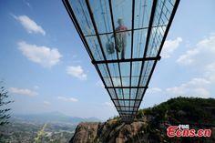 11 vakmerő munkás Pingjiang megyében, Közép-Kína Hunan tartományában aShiniuzhai Nemzeti GeológiaiParkban üvegpadlóra cseréli a függőhíd régi fapadlózatát. A szerkezet 300 méter hosszú és 180 méter magasságban van kifeszítve. KÉPEK és VIDEÓ    ...