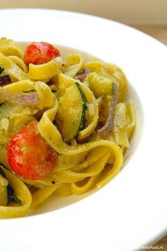 supersnele tagliatelle met courgettes, ui en tomaatjes